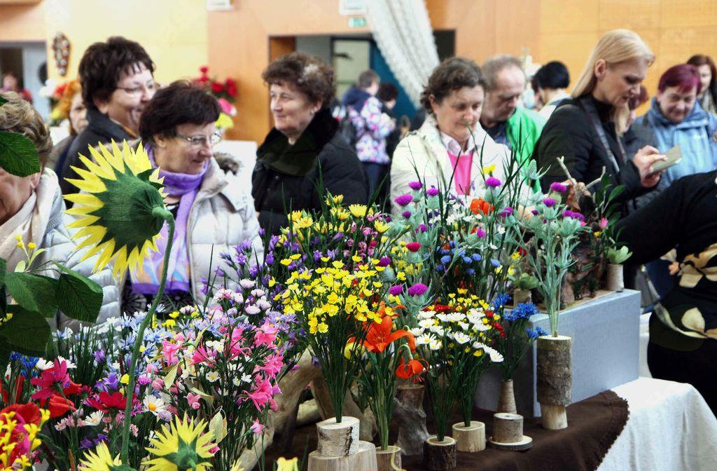 5. vseslovenska razstava rož iz papirja na Vranskem Na tisoče cvetov …