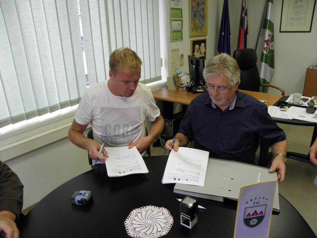 Podpisana pogodba za začetek gradbenih del Interpretacijskega centra na Igu