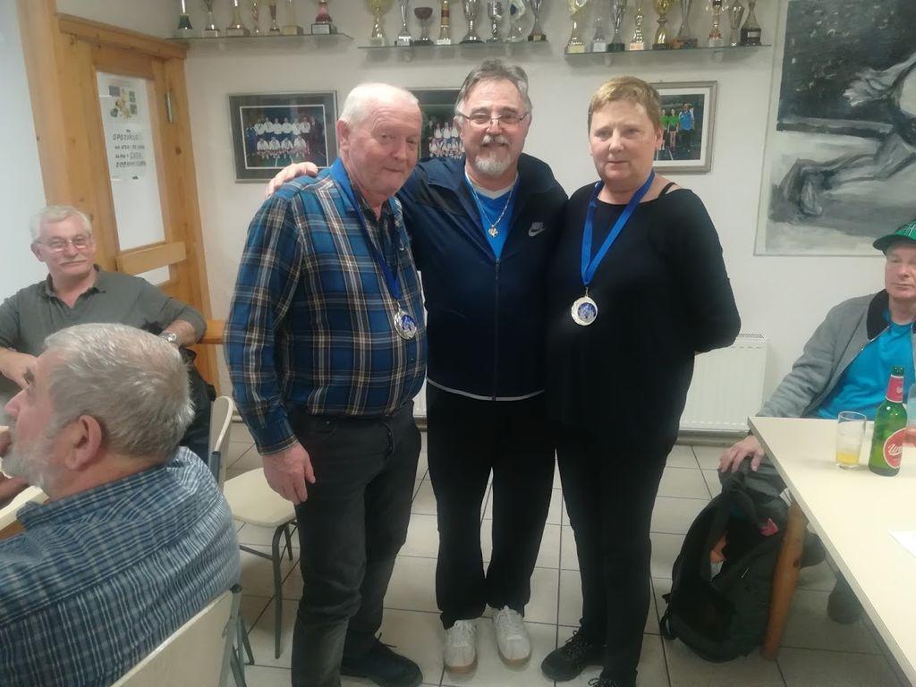 Zmagovalca turnirja, levo Matjaž Repnik, desno Mojca Repnik, v sredini Ivan Korošec, predsednik KK Slovenj Gradec