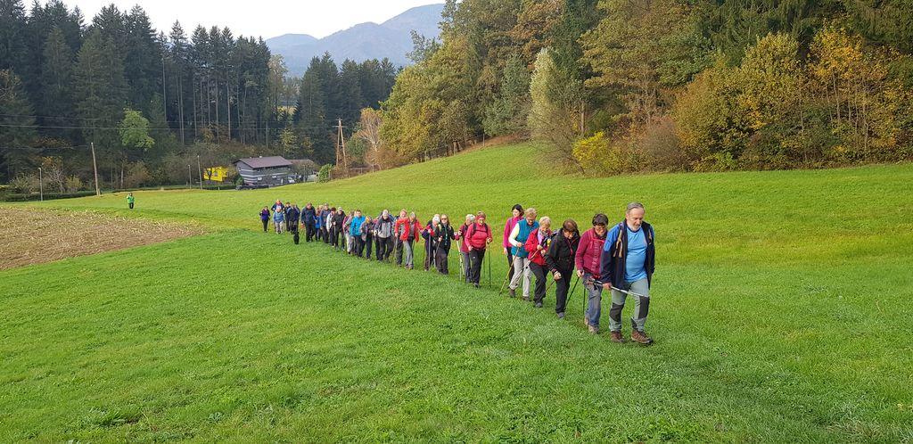 Pohodniki na poti do Koče pod Kremžarjevim vrhom