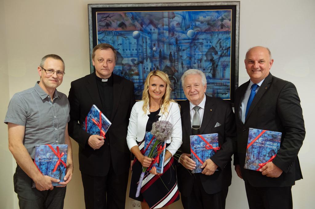 Uredniški odbor na čelu z glavno urednico, mag. Aleksandro Boldin