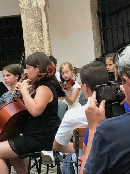 Violinistka Julija Vidmar se je udeležila mednarodnega tekmovanja Svirél v Goriških brdih, fotografija je s koncerta orkestrov Glasbene šole Sevnica v atriju gradu Sevnica.