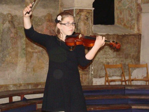 Violinistka Ema Štigl se je udeležila mednarodnega tekmovanja Svirél v Goriških brdih, fotografija je z Zaključnega koncerta Glasbene šole Sevnica v Lutrovski kleti.