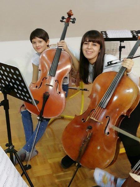Violončelistka Neža Močnik z učiteljico Zrinko Vlašić, udeležila se je mednarodnega tekmovanja Svirél v Goriških brdih, fotografija je z vaj godalnega orkestra.
