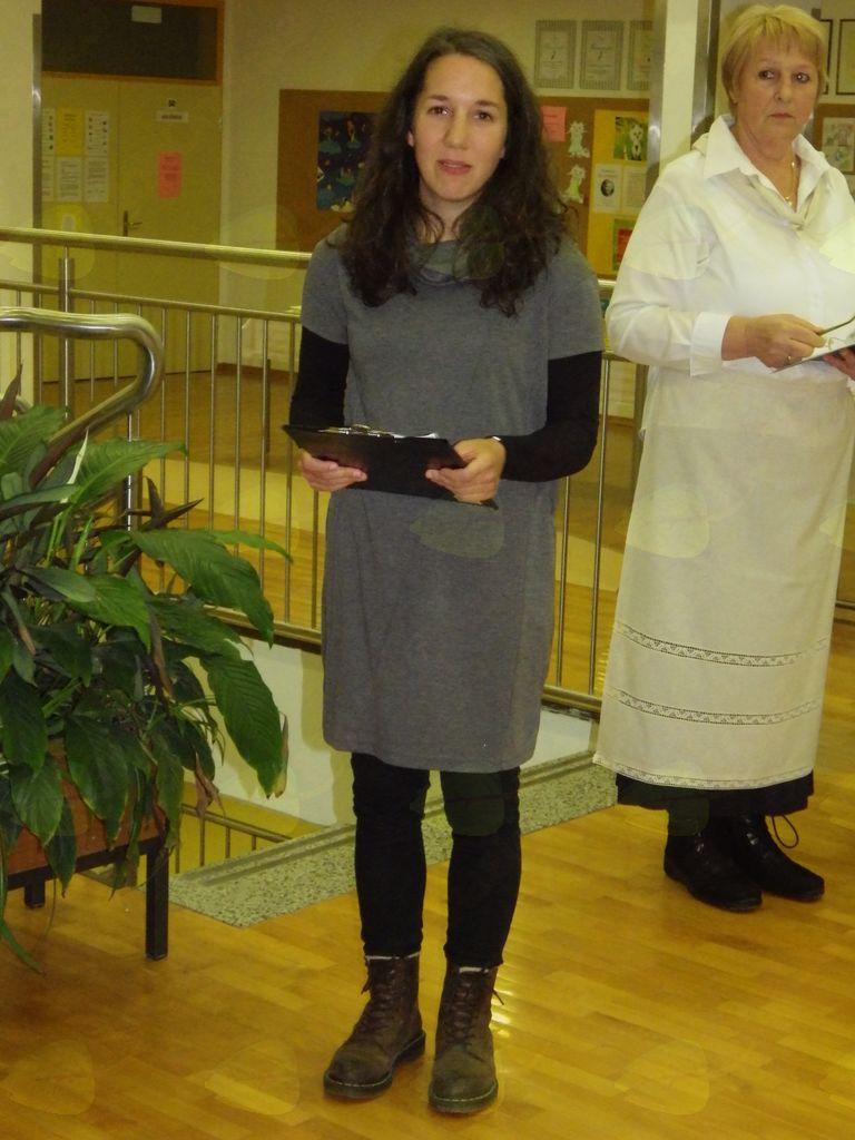 Avtorica Nastja Dejak med predstavitvijo razstave