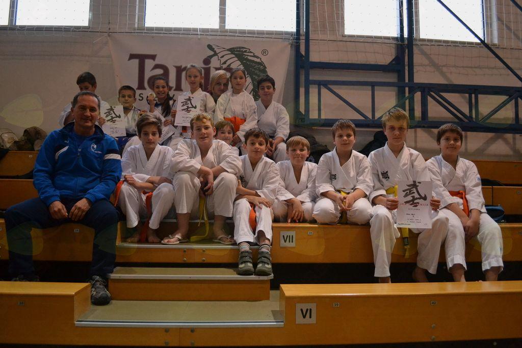 Mladi karateisti pod vodstvom trenerja Jurija Orača in Marje Zidarič