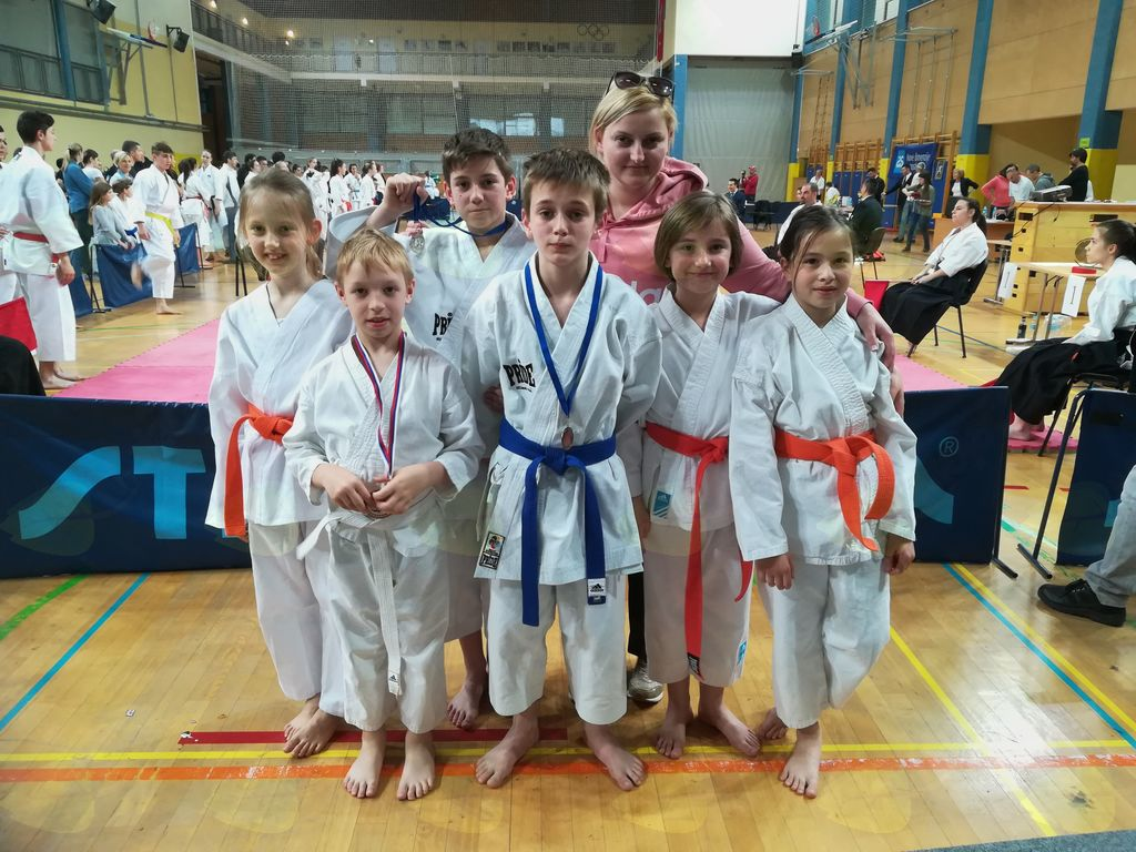 Karateisti KBV Sevnica s trenerko Marjo Zidarič