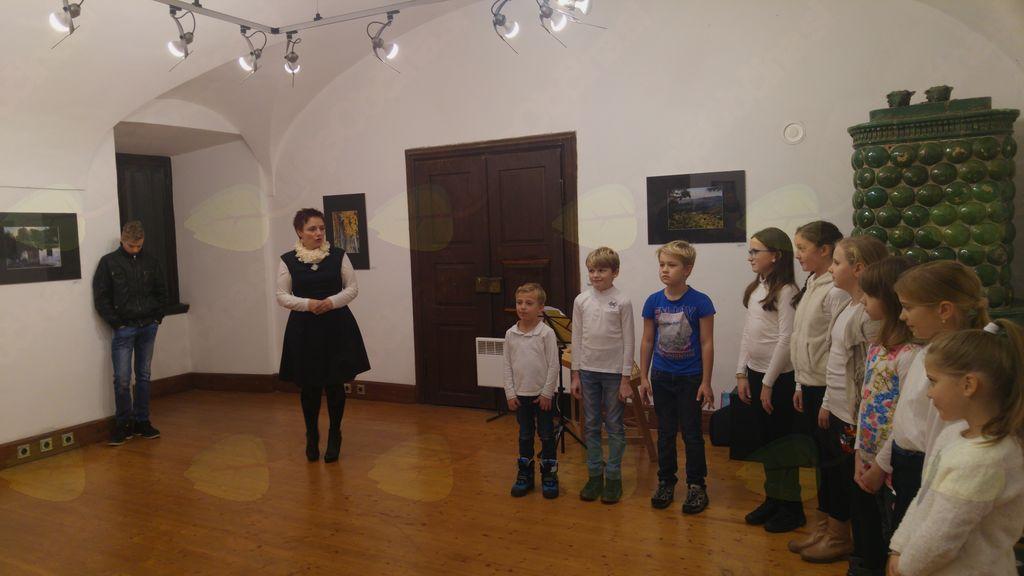 Otvoritev razstave je povezovala Milena Knez, nastopil je pevski zbor OŠ Tržišče (foto: Jure Tratar)