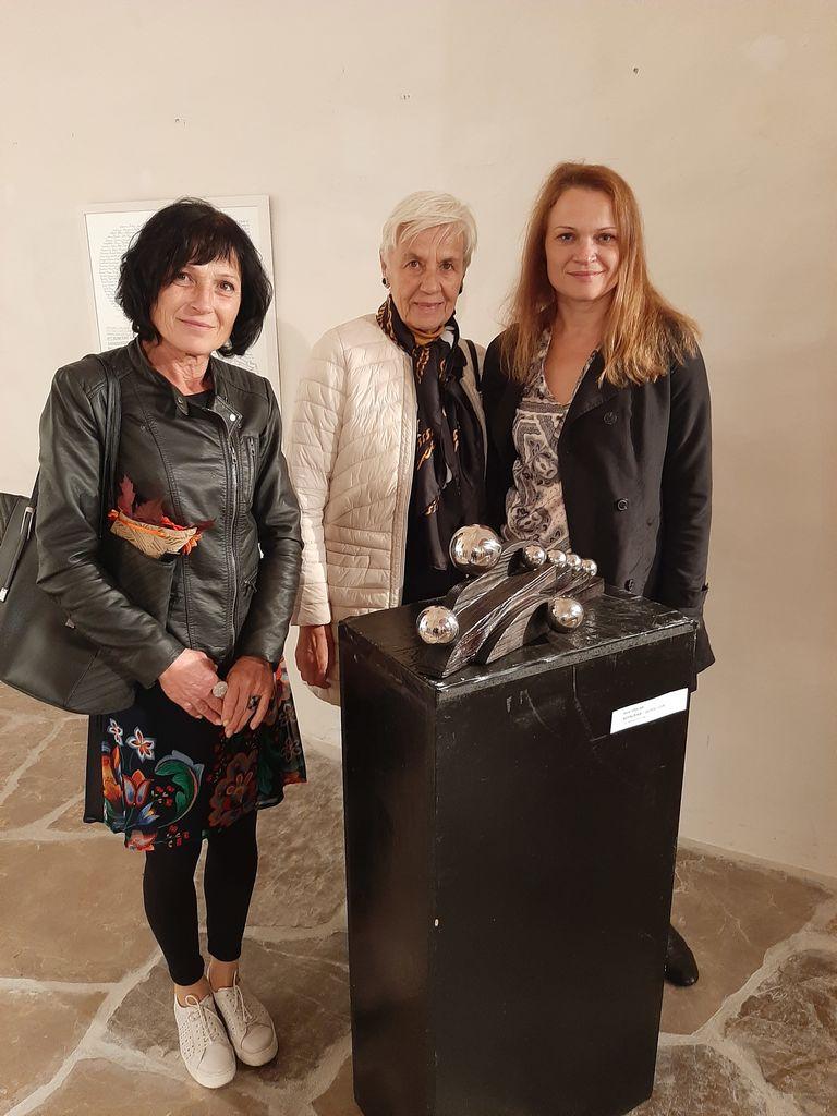 Pavla Černigoj, Milena Roštohar, Nevenka Flajs in skulptura Rudija Stoparja
