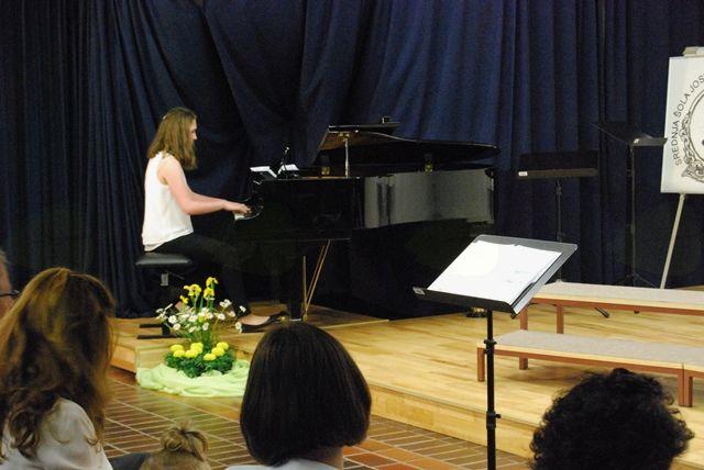 Ana Eržen med svojo klavirsko točko