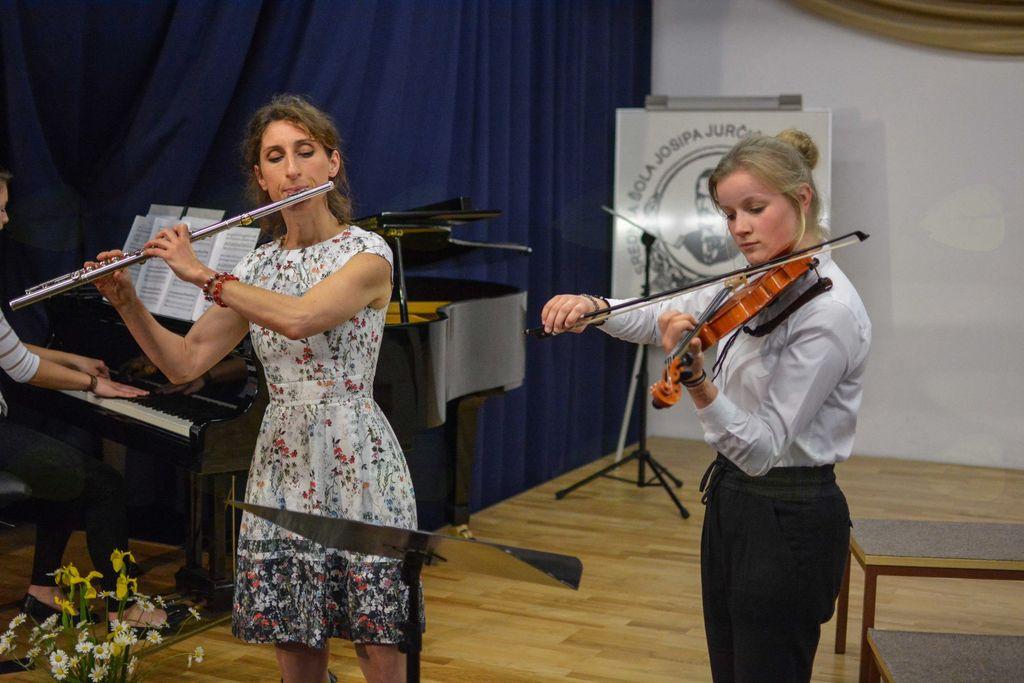 Profesorica s flavto, dijakinja z violino