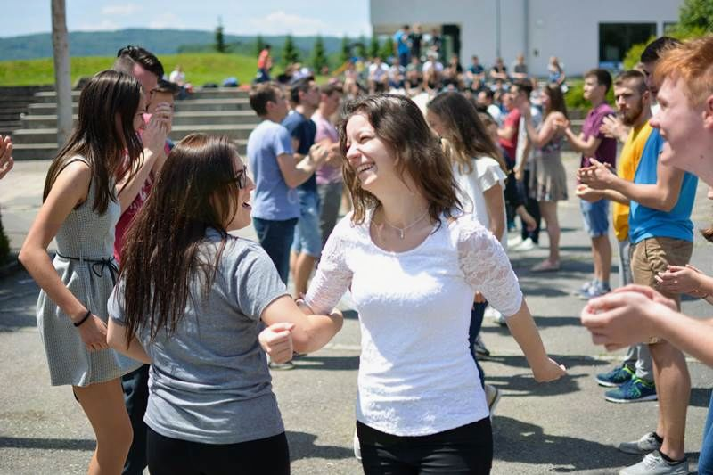 Veseli plesalci