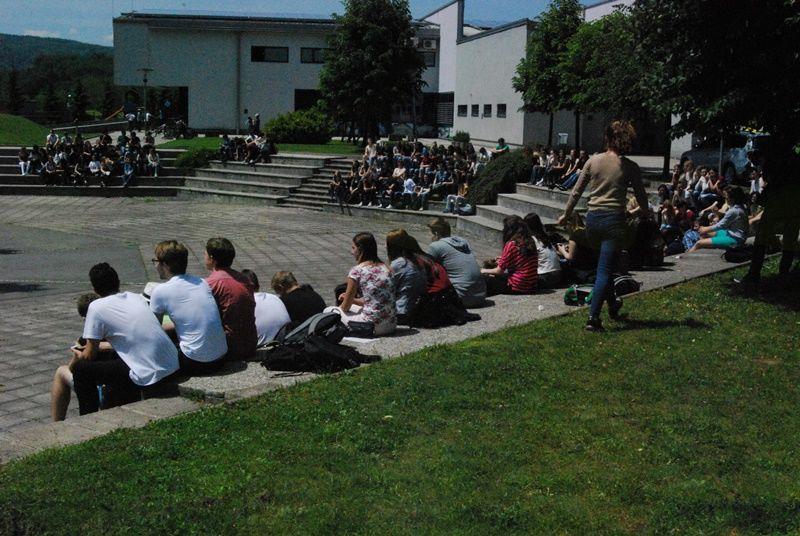 Prireditveni prostor pred šolo se polni