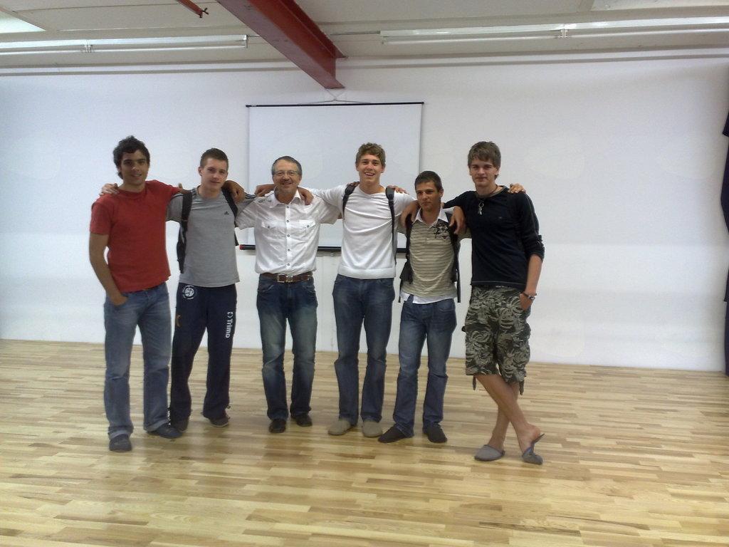 Miha Zarabec in Anže Ratajec s sošolci in ravnateljem