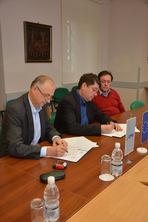 Podpisani pogodbi za preplastitev ceste in izvedbo novega pločnika na ulici Na Pristavi - drugi del ter obnovo Feiglove ulice