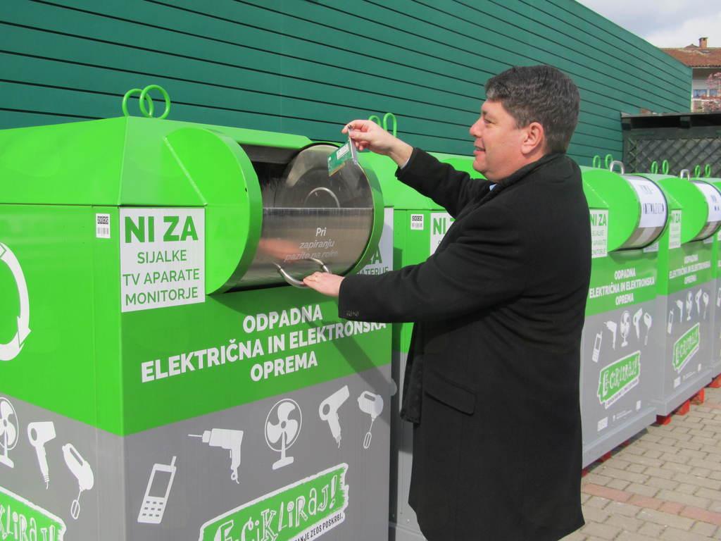 Župan Milan Turk s simbolično oddajo e-odpadkov prevzema novo pridobitev za občino Šempeter-Vrtojba..