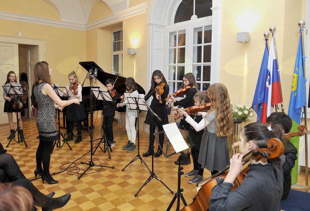Godalni ansambel pod vodstvom Amande Vidic. (Foto: Foto atelje Pavšič Zavadlav)