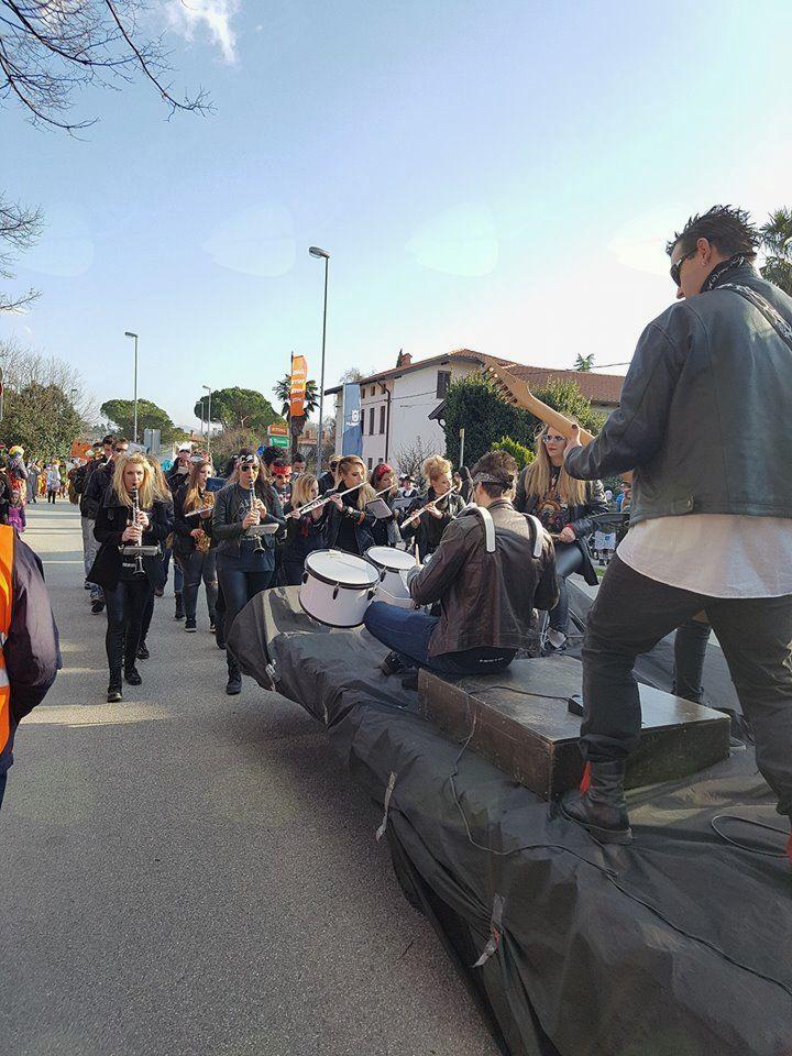 Pihalni orkester Vogrsko je 13. veliko pustno povorko skupinskih mask in vozov začel.