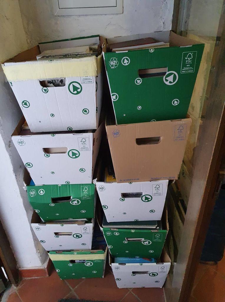 Knjige za bukvarno in Vzemi in daruj hladilnike