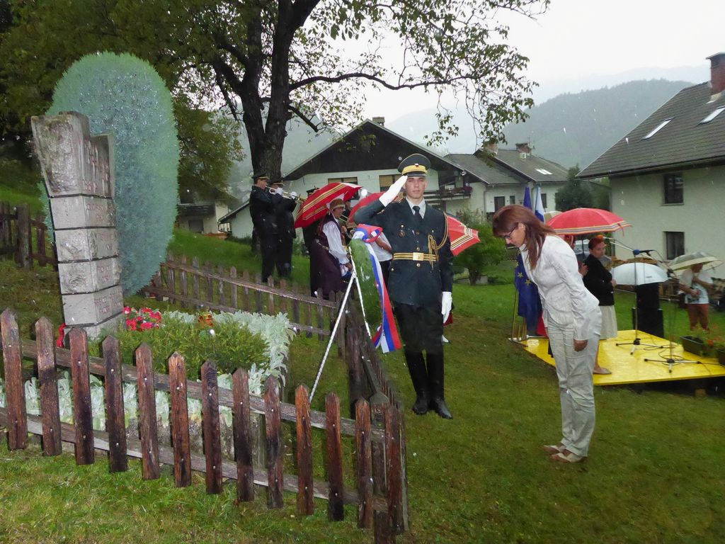 Ministrica Andreja Katič na spominski slovesnosti v Spodnjih Gorjah