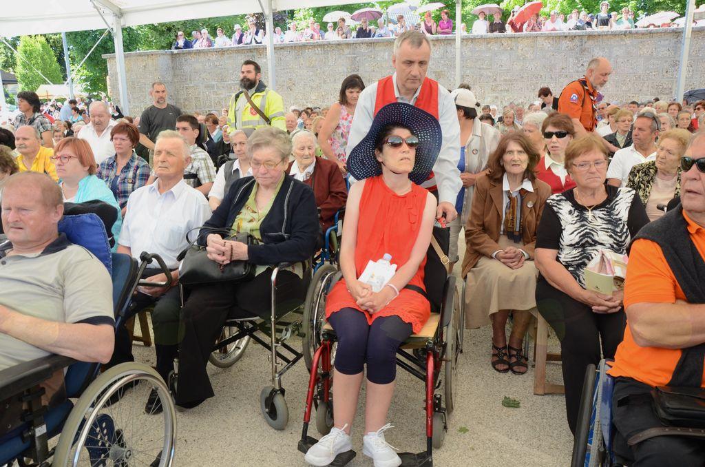 Na letnih romanjih bolnikov, invalidov in ostarelih na Brezje pomagaja številni prostovoljci.