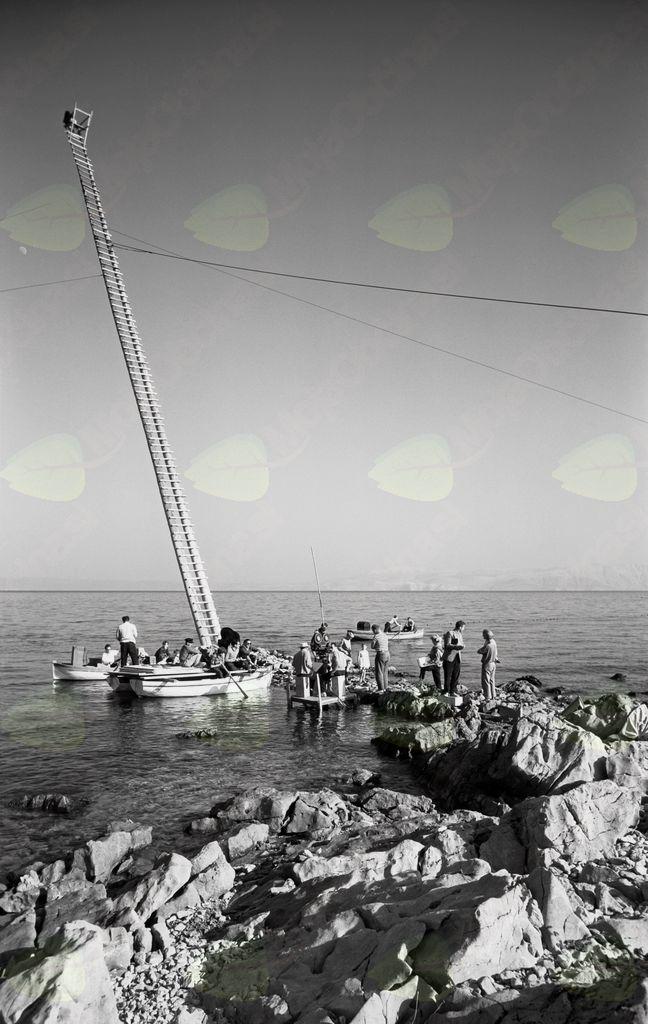 Snemalna ekipa med snemanjem kadra pri filmu Dobro morje (Mirko Grobler, 1958). Foto: Božo Štajer, hrani: MNZS.
