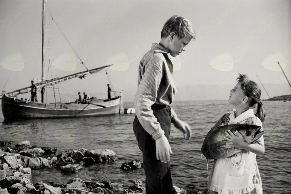 Fotografija filma. Tomaž Pesek in Eveline Wohlfeiler v filmu Dobro morje (Mirko Grobler, 1958). Foto: Božo Štajer, hrani: MNZS.