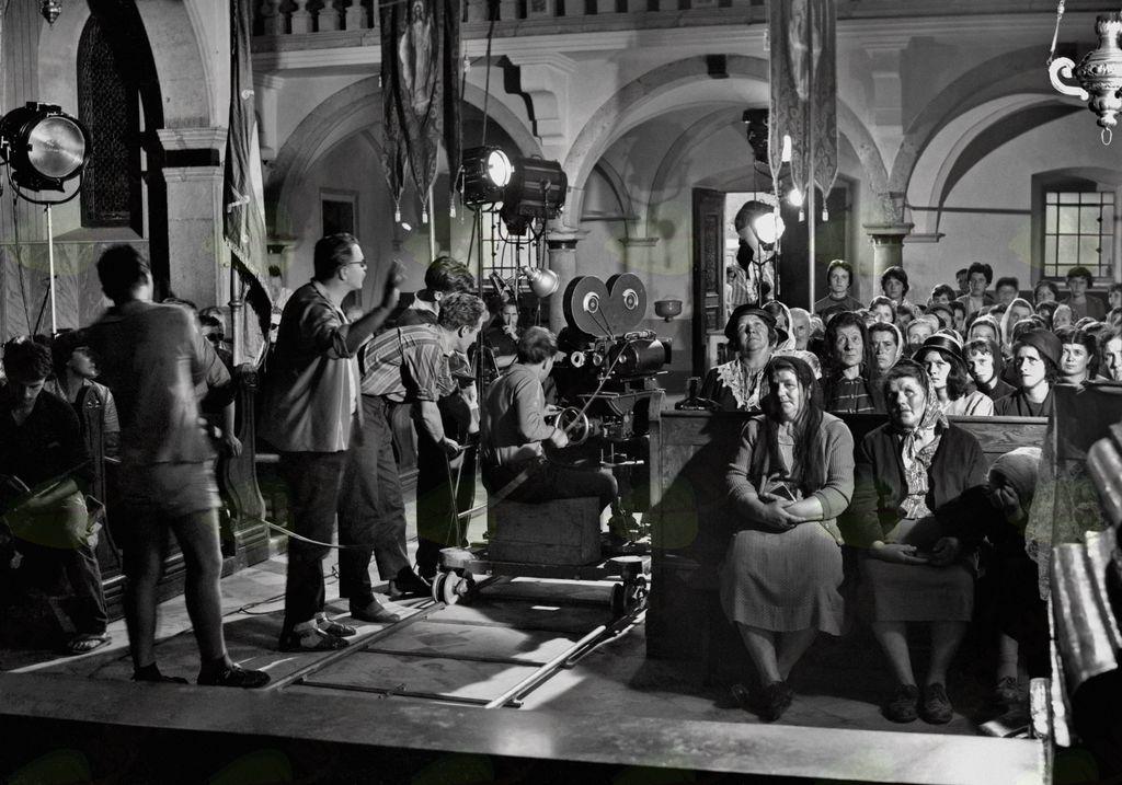 Snemanje kadra v cerkvi sv. Vida, Podnanos, 20. julij 1962. Film Tistega lepega dne (France Štiglic, 1962). Foto: Božo Štajer, hrani: MNZS.