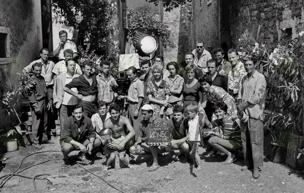 Skupinski posnetek filmske ekipe in igralcev filma Tistega lepega dne, Podnanos, julij 1962. Foto: Božo Štajer, hrani: MNZS.