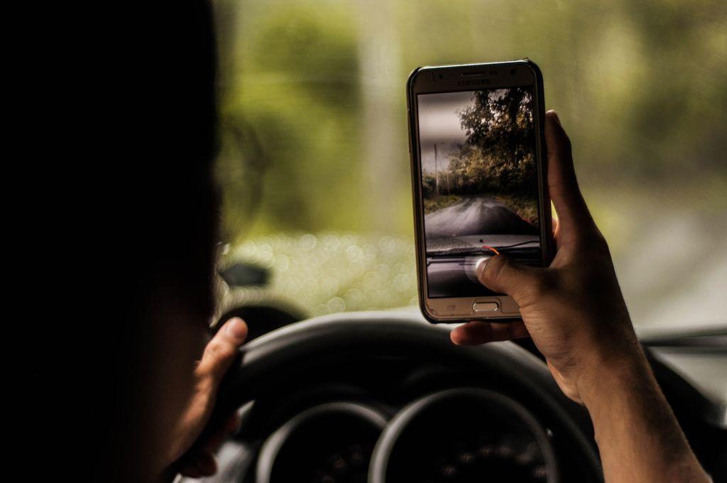 Poostren nadzor nad uporabo telefona med vožnjo