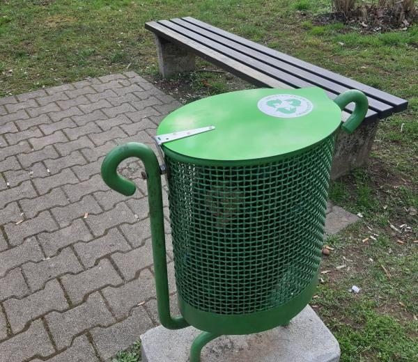Na javnih površinah novi pokrovi na koših za odpadke