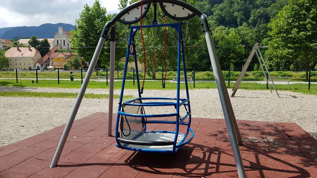 V Celju postavljena prva javna gugalnica za gibalno ovirane otroke