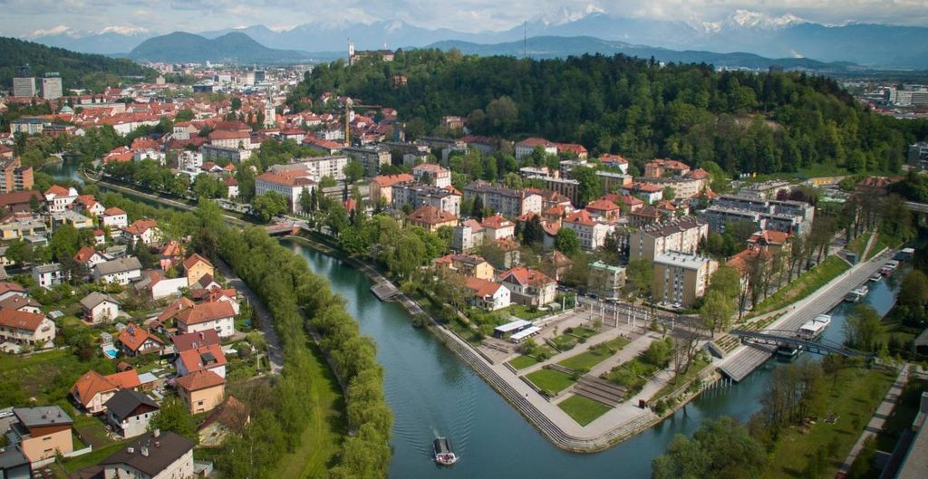 Med drevesi, ob vodi ali na bazenu. V Ljubljani lahko vse. Foto: STA