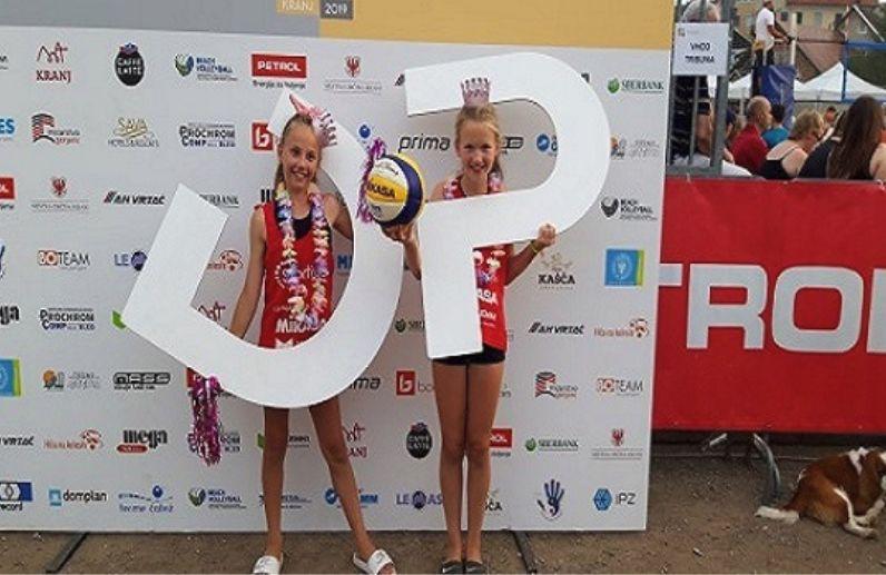 Dva junior naslova državnih prvakov v odbojki na mivki