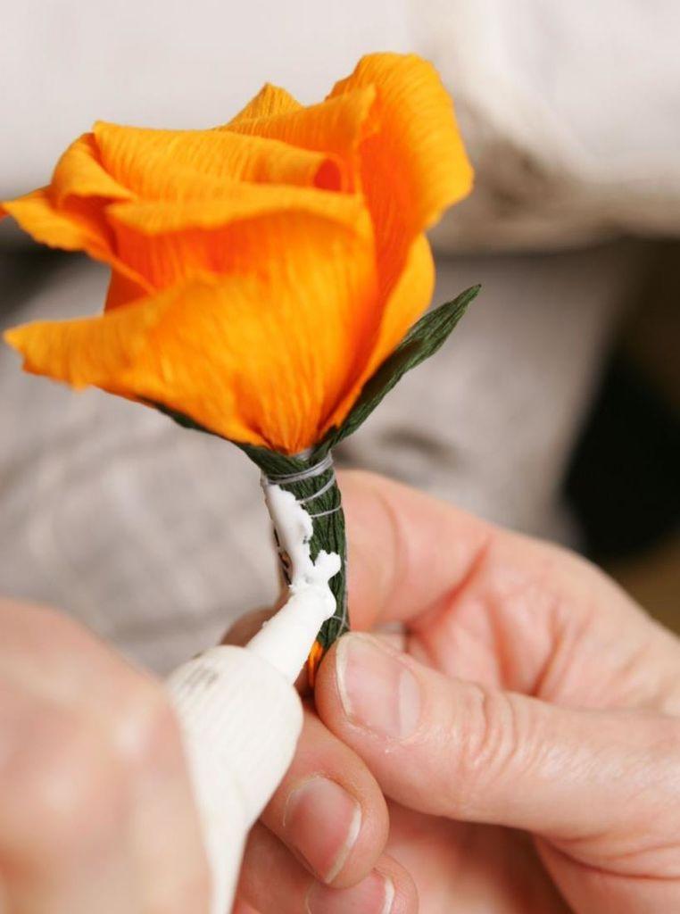 Vabilo na ustvarjalno delavnico izdelovanja rož iz krep papirja in naravnih materialov