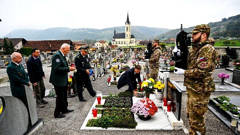 Položili cvetje na grob Franca Uršiča
