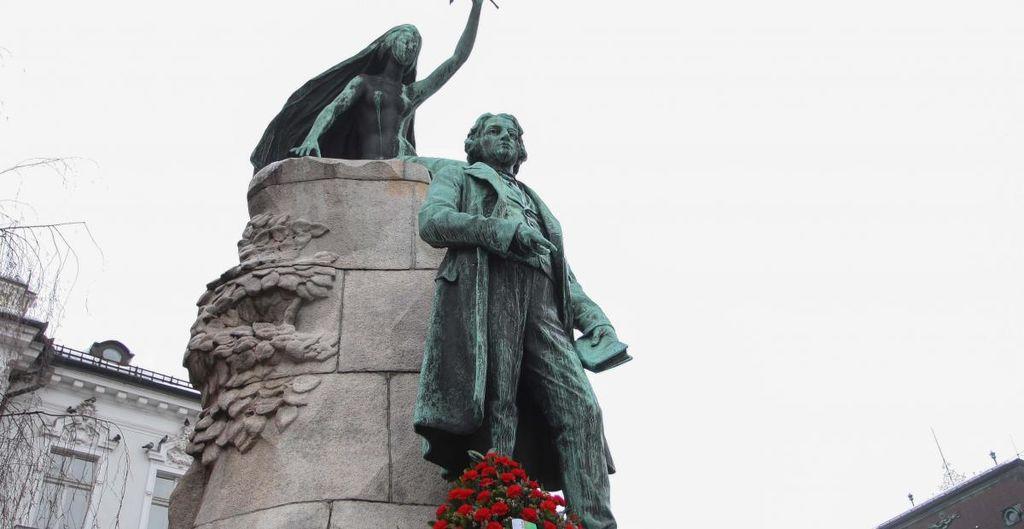 Ob Prešernovem spomeniku bo ob kulturnem prazniku potekal tradicionalni recital Prešernove poezije. Foto: Nik Rovan