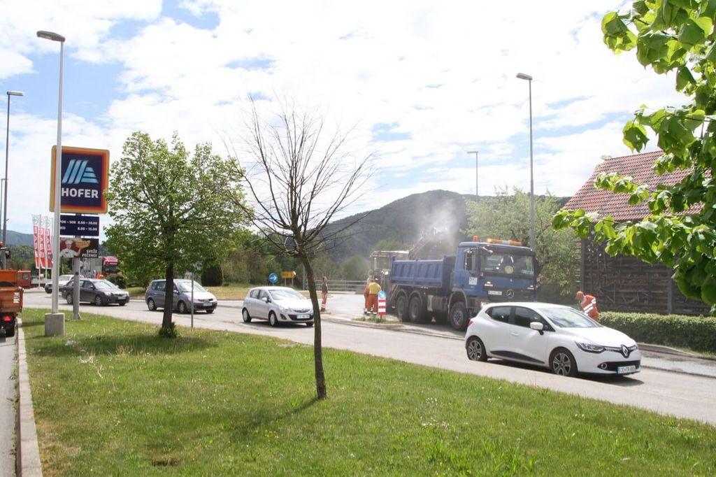 Menjava asfaltne prevleke v krožišču pri Hoferju