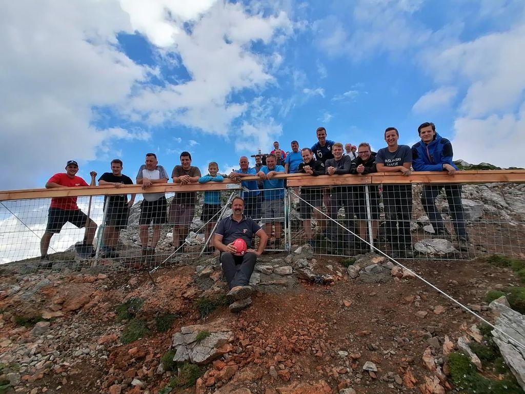 Očistili in ogradili so vrh Storžiča
