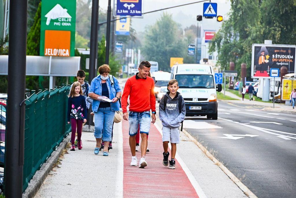 Danes otroke v šolo pospremil maratonec Primož Kobe