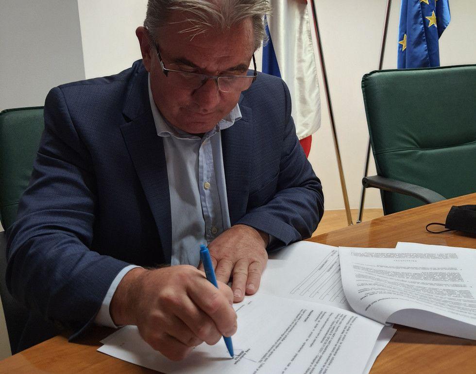 Minister Vizjak za izboljšanje stanja habitatov na Pohorju podpisal pogodbo za skoraj 2,2 milijona evrov