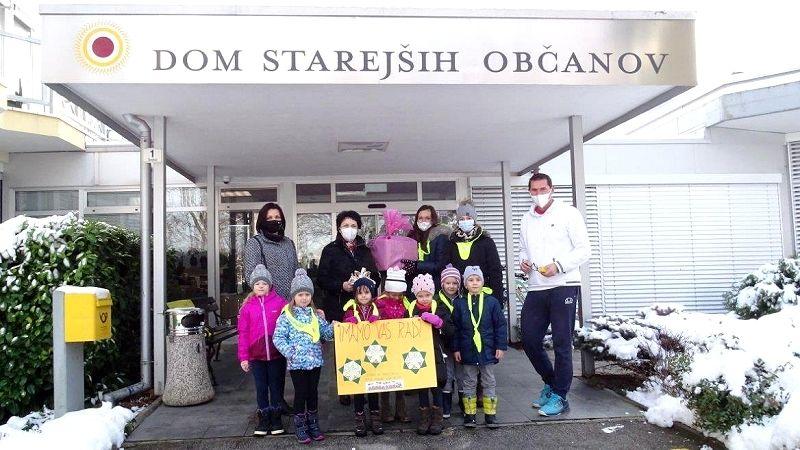 Otroci vrtca Ciciban prebivalce Doma starejših občanov presenetili z voščilnicami