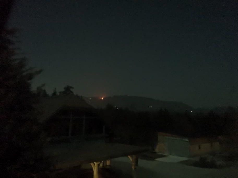 Plameni so vidni daleč iz doline. (Foto: Andrej Rožanc)