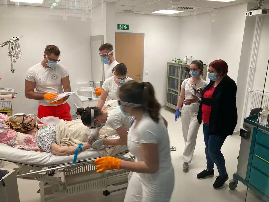 Zmagovalna ekipa Fakultete za zdravstvene vede Novo mesto med simulacijo paliative. Foto: ZD Ljubljana