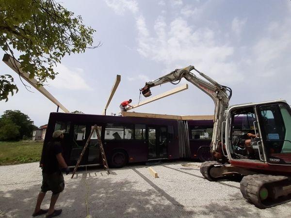 Prostovoljci gradijo ustvarjalni avtobus v Kašlju. Foto: JZ Mladi zmaji