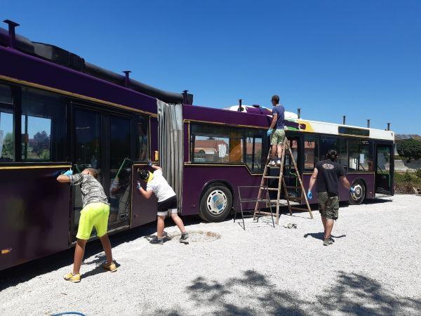 Ustvarjalni avtobus so prostovoljci pobarvali z vijolično barvo. Foto: JZ Mladi zmaji