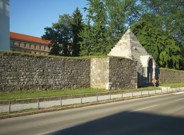 Plečnikova piramida in Rimski zid. Foto: arhiv MOL