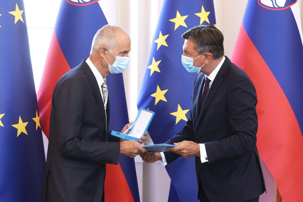 Urednik Vladimir Habjan je od slovenskega predsednika Boruta Pahorja sprejel državno priznanje. (Foto: Daniel Novakovič/STA)