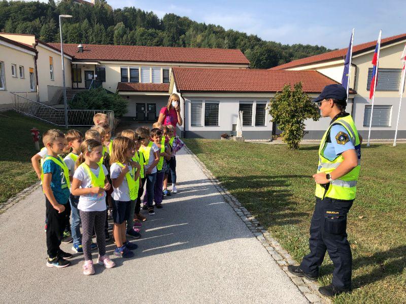 Prvošolce je obiskala policistka