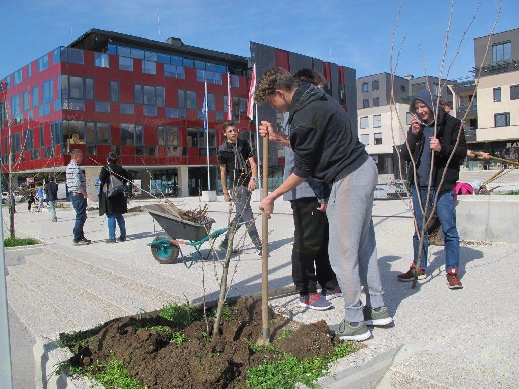Pumovci so ob 18. rojstnem dnevu programa PUMO na Vurnikovem trgu zasadili 18 dreves.